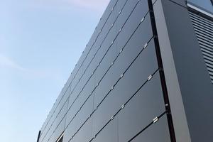 Die Photovoltaikelemente befinden sich an Ost- und Westfassade und auf dem Dach