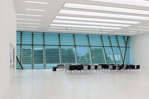 Abb. 9: Museum für Moderne und Zeitgenössische Kunst in Bozen/IT mit Lamellen als Rückprojektionsfläche für mediale Bespielung (oberer Bereich) bzw. geöffnet fast unsichtbar im unteren Bereich