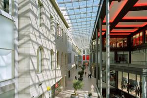 Abb. 1: Durch Tageslicht inszenierter Innenraum mit leicht bedruckter Sonnenschutzverglasung zur Reduzierung von Wärmeeintrag und Kontrast