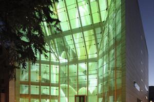 Abb. 10: Rückprojektion bei geschlossenen Lamellen der Ostfassade des Museums für moderne und zeitgenössische Kunst in Bozen/IT