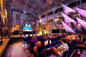 Abb. 7: Innenansicht der Glass Music Hall in der Berlage Börse, Amsterdam (Architekt Pieter Zaanen), mit<br />Filigran-Zugträgern und verschraubten Quattro-Knoten mit nachträglich gedrehten Bolzen