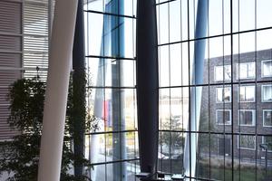 """Abb. 1: Bei der Fassade beim INHOlland, Delft, laufen Aramidkabel zwi<irspacing style=""""letter-spacing: -0.02em;"""">schen den Scheiben. Die von Octa</irspacing>tube entwickelte Lösung ist ein Prototyp bis heute, der auch noch 9 Jahren ohne Probleme arbeitet"""