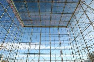 Abb. 14: Raumluxus: Gläserner Würfel (Kantenlänge 30m), der den Eingang der Santander Bank bei Madrid markiert (Architekt Alphonso Millanes)
