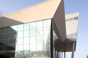 Abb. 4: INHolland Hogeschool,Delft (Architekt Rijk Rietveld). Wegen der Windkompression sind die Ecken mit einer Gummierung elastisch verbunden
