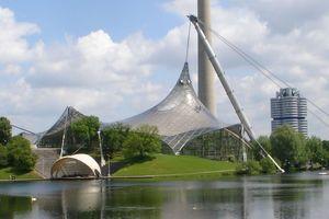 Abb. 6: Die Kabelnetzstrukturen des Münchener Olympiadachs könnten heute, anstelle von Acrylplatten mit ihren Leckagen aufgrund thermischer Kontraktion, durch laminierte Tempergussplatten abgedeckt werden
