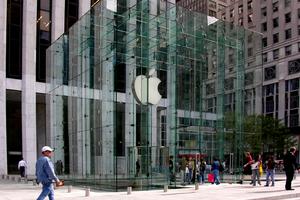 """Abb. 11: Apple's Glaskubus an der 5th Avenue in <irspacing style=""""letter-spacing: 0em;"""">New York, hier noch mit den 18 Glastafeln pro Seite</irspacing> (Architekten Bohlin Cywinski Jackson)"""