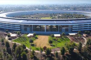 Abb. 12: Bald komplett: Headquarter von Apple in Cupertino/Kalifornien/USA (Architekt Norman Foster Ass.)