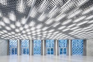 Im Gebäudeinneren fungiert eine Lichtdecke gleichzeitig als Flächenbeleuchtung für das Foyer sowie als riesiger Mediascreen