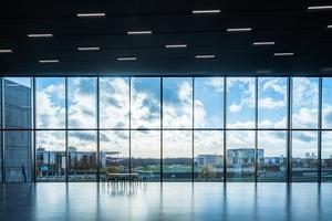 Große Panoramafenster geben den Blick frei auf die umgebende Stadtlandschaft
