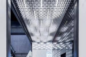 Die Lichtdecke im Erdgeschoss kann auf verschiedene Szenen geschaltet werden