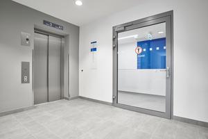 Zugang mit Zutrittskontrolle vom Haupttreppenhaus in den Labor- und Verwaltungsbereich.<br />