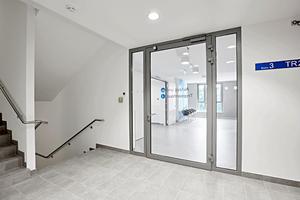 """Zugang vom Treppenhaus zu den Stationen mit """"NovoFire""""-T30-1, mit zwei seitlichen Verglasungen.<br />"""