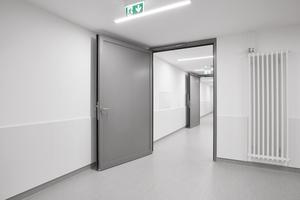 """Brandschutztür """"NovoFire"""" mit einem Paneel im Logistikbereich der Klinik.<br />"""