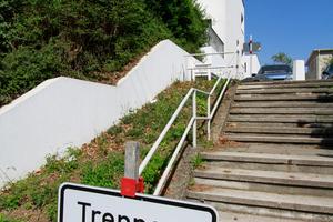 Nicht bloß die Treppenanlagen leiden unter Sanierungs-/Reparaturstau in der Siedlung. Oben das von Einfamilienhaus von Adolf Gustav Schneck