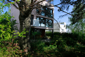 Haus Citrohan (vorne), Bruckmannweg 2 und Doppelhaus (heute Weissenhofmuseum) von Le Corbusier mit Pierre Jeanneret; beide sind seit 2016 Weltkulturerbe, das Doppelhaus seit 2002 bereits Eigentum der Stadt Stuttgart