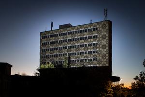 Installation: jelliz auf der Fassade des Sauerland Center (Serielle Grafik, wasser-animiert) Künstler. Andy Behrle