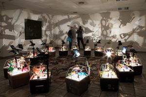 Installation: Chineese Tales im Sauerland Center (Komposition kinetischer Objekte für Overheadprojektoren) Künstler: Ralph Kistler