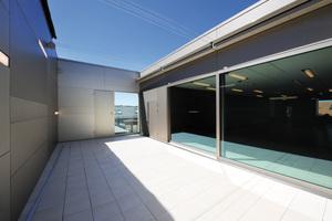 Großzügige Terrassenflächen erweitern den Neubau