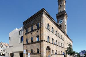 Trotz seiner modernen Formensprache fügt sich das Gebäude direkt neben dem historischen Rathaus gut in das Stadtbild ein