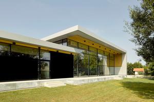Diese erhöhte Lage verleiht dem Baukörper im Außenraum eine gesteigerte Präsenz und sorgt im Innenraum für mehr Privatheit