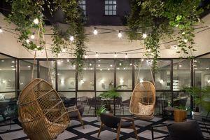 Innenhof Kimpton DeWitt: Stilvoller Innenhof als Verbindung zur Natur im Kimpton DeWitt Hotel in Amsterdam<br />