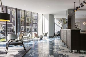 Lobby Kimpton DeWitt: Moderne Lobby als Herzstück des Kimpton DeWitt Hotels in Amsterdam<br />