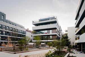 Das neue Wohnensemble in der Berliner Pasteurstraße von zanderrotharchitekten ist eine zeitgemäße Form der innerstädtischen Nachverdichtung. Vier unterschiedlich große Gebäude mit integriertem Supermarkt schließen die Baulücke und bilden einen großzügigen, gemeinschaftlichen Innenhof