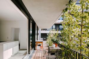 Jeder Wohnung ist ein privater Außenbereich mit Balkon, Terrasse, Garten oder Dachgarten zugeordnet. Im Blockinneren sollen die Grenzen zwischen Innen- und Außenraum bzw. zwischen Wohnung und Gartenhof verschmelzen