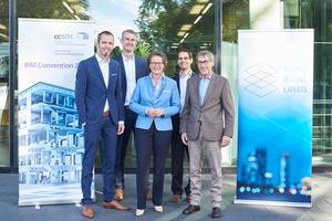 ZukunftsDialog BAU: Die NRW-Bau-Ministerin Ina Scharrenbach (mitte) mit (v.l. n. r.): Dirk Meinecke, Hagen Schmidt-Bleker (beide Vorstandsmitglieder ccBIM e.V.), Goar T. Werner (Geschäftsführer ABE e.V.) und Joachim Nesseler (Vorstandsmitglied ABE e.V.)