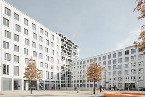 Das Ensemble der Friends Wohnhochhäuser fasst einen urbanen Platz, der mit Sitzmöbeln den Stadtbewohnern Raum gibt