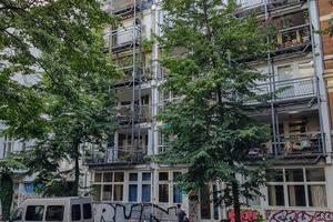 """Wohnregal Admiralstraße, Berlin:<br />An ein Regal, das zu füllen dem Nutzer zwar nicht ganz freigestellt, aber doch ermöglicht wird, erinnert dieses Gebäude in Berlin. Eine variable Struktur und frei disponible Wohnungsgrundrisse waren es, die beim vielbeachteten """"Wohnregal"""" von Kjell Nylund, Christof Puttfarken und Peter Stürzebecher in Kreuzberg im Rahmen der IBA 1984−86 verwirklicht werden sollten. Das experimentelle Projekt fügt sich fast nahtlos in seine Umgebung ein, indem es – bekrönt von einer mittigen Zinne in Form einer Dachterrasse – eine Baulücke in der Admiralstraße schließt. Die Mieter haben selbst jeweils zweigeschossige, individuell geschnittene Wohnungen in Holzskelettbauweise eingepasst"""