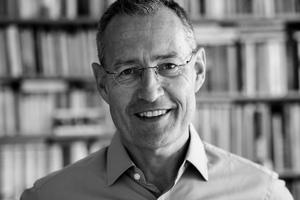 """<div class=""""autor_linie""""></div><h2>Autor</h2><div class=""""autor_linie""""></div><p><strong>Dipl.-Ing, Dr. Ing. Robert Kaltenbrunner </strong></p><p>ist Architekt und Stadtplaner und promovierte mit einer Arbeit über """"Städtebauliche Leitbilder beim Umbau Shanghais in den 50er/60er Jahren"""". Zwischen 1990−1999 war er bei der Senatsverwaltung für Bauen, Wohnen und Verkehr als Projektgruppenleiter für städtebauliche Großvorhaben tätig, seit 2000 dann Leiter der Abteilung """"Bau- und Wohnungswesen"""" des Bundesinstituts für Bau-, Stadt- und Raumforschung (Bonn/Berlin). Er ist Mitherausgeber der Zeitschrift """"Informationen zur Raumentwicklung"""" und Mitglied im Wissenschaftlichen Kuratorium von FORUM STADT.</p><div class=""""autor_linie""""></div><p>Mehr Informationen: <a href=""""http://www.bbr.bund.de"""" target=""""_blank"""">www.bbr.bund.de</a></p>"""