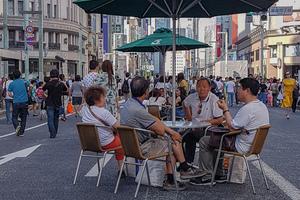 Öffentlicher Raum, Tokyo, 2018: Der öffentliche Raum fungiert als gemeinschaftsstiftender Akt: Wenn sonntags im Stadtteil Ginza die Hauptstraße vom Autoverkehr befreit wird, belebt sich das Bild auf eine in Japan bis vor einigen Jahren unbekannte Art. Auf dem Asphalt werden Tische, Stühle und Sonnenschirme platziert, es entsteht eine sommerliche Caféhaus-Atmosphäre, ohne dass kommerzielle Interessen dahinter stehen