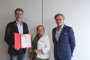 HSD-Präsidentin Prof. Dr. Brigitte Grass überreichte gemeinsam mit dem Dekan des Fachbereichs Architektur, Prof. Juan Pablo Molestina, Thomas Fenner (l.) die Ernennungsurkunde zum Honorarprofessor