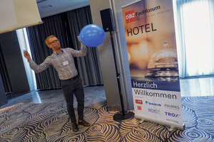Thomas Plötzner testet die Akustik im Veranstaltungsraum