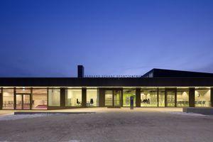 Raumhohe Verglasungen ermöglichen Schülern, Eltern, Sportlern und Besuchern Ein- und Ausblicke ins Gebäude. Sie verdeutlichen damit die öffentliche Nutzung des Hauses und laden zum Betreten ein