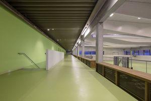 Bereiche, die mit der Sportnutzung zu tun haben, wurden mit einem kräftigen, frischen Grün gestaltet. Der Zuschauerbereich und die Mensa werden über Quelllüftung mit Frischluft versorgt