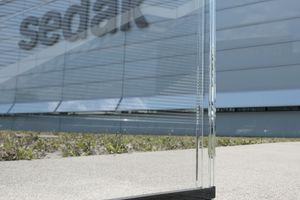 Die Harmonie der Transparenz wird bei Glasfassaden und -dächern oft durch die deutlich erkennbaren opaken Abstandshalter unterbrochen. Mit dem sedak Glas-Spacer entstehen Isolierglaseinheiten mit minimalem Fugenbild.<br />