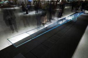 Eine komplett transparent konstruierte Wippe aus Glas zeigt, zu welchen Höchstleistungen der Werkstoff Glas fähig ist: Mit einem Gewicht von über 600 kg kann sie beidseitig mit jeweils 150 kg belastet werden und ist damit nicht nur optisch, sondern auch konstruktiv ein Meisterstück.<br />