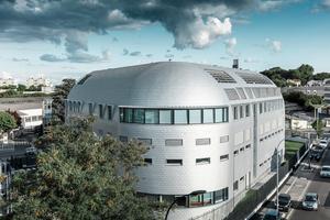 Die hochwertige Aluminiumfassade bietet verlässlichen Schutz für den wertvollen Inhalt