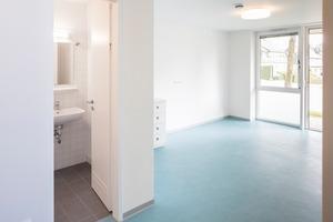 Ohne interne Verkehrsflächen sind die Wohneinheiten aus Bauherrensicht extrem flächeneffizient geplant, für die Nutzer sehr klar strukturiert: Ein Raum, ein Bad. Keine Nischen, keine Verstecke, Übersichtlichkeit und Offenheit beim Wohnen sind gewünscht