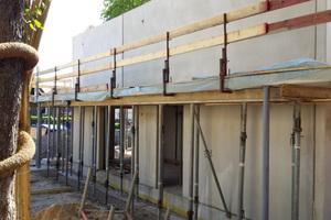 Der Einsatz von Betonfertigteilen und vorgefertigten Fenster-Tür-Elementen, die sich in gleicher Weise, im gleichen Maß wiederholen, ermöglichte eine kostengünstige und zügige Realisierung
