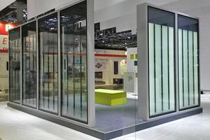 Auf der Glasstec 2018 in Düsseldorf wurden die verschiedenen Gestaltungsvarianten der Bioenergiefassade präsentiert