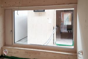 Die Außenwände bestehen aus 8cm dicken, dreischichtigen Brettsperrholzplatten aus Fichte und einer 20cm dicken Mineralwolldämmung. Daraus resultieren hochdämmende Wände, die zusammen mit einer dezentralen Wohnraumbelüftung mit Wärmerückgewinnung den Energiehaushalt im Gebäude optimieren