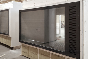 Zusammen mit dem Modulbauer entwickelten die Architekten eine besondere Fensterlösung: fassadenbündig für mehr Raum im Innern und mehr Einheitlichkeit Außen, mit Glasflächen bis an die Modulkante für mehr Lichteinfall und um in der Reihung ein Fensterband zu erzeugen