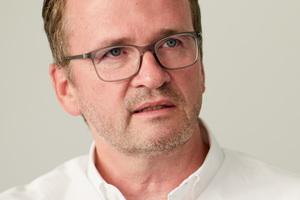 """<div class=""""autor_linie""""></div><h2>Autor</h2><div class=""""autor_linie""""></div><p><strong>Axel Koschany </strong>studierte an der TH Darmstadt Architektur. Nach dem Studium arbeitete er einige Jahre in Delft, bevor er 1995 zusammen mit Wolfgang Zimmer als Partner in das Architektenbüro seines Vaters in Essen einstieg. Seit 2004 betreut er federführend internationale Projekte und Kooperationen. So war er von 2006 bis 2012 Partner und General Manager KZA Middle East, Dubai. Anlässlich der EU-China Partnerschaft zum nachhaltigen Städtebau und der Kooperation zwischen Essen und der chinesischen Millionenstadt Changzhou hat Axel Koschany im Oktober 2015 in China ein Kooperationsabkommen geschlossen. Im Februar 2017 folgte die Gründung des Sino.German.Design.Studio SGDS, Changzhou, in Kooperation mit chinesischen Kollegen. Der Wohnungsbau und städtebauliche Quartierskonzepte sind zwei der Schwerpunkte des Büros.</p><div class=""""autor_linie""""> </div><p>Informationen unter: <a href=""""http://www.kza.de"""" target=""""_blank"""">www.kza.de</a></p>"""