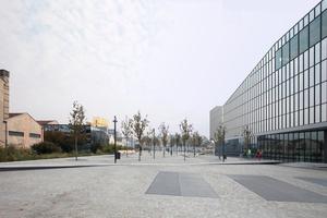 """Links OMA mit Prada, rechts """"Symbiosis"""" von Citterio & Viel, dazwischen die Piazza Olivetti"""