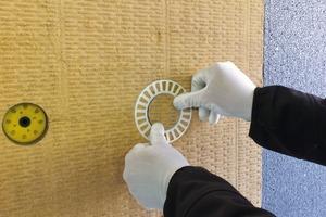 Der Tellerdübel mit Zusatz-Versenkteller wird oberflächennah versenkt und mit einer Mineralwoll-Rondelle bündig zur Oberfläche abgedeckt