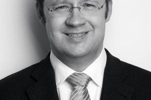 """<div class=""""autor_linie""""></div><h2>Autor</h2><div class=""""autor_linie""""></div><p><span class=""""Fliesstext Vorspann"""">Dipl.-Ing. Georg J. Kolbe</span> studierte Bauingenieurwesen an der Fachhochschule Bochum. Seit 1996 arbeitete er zunächst im Vertrieb bei Wülfrather Fertigbaustoffe, der heutigen Saint-Gobain Weber GmbH. 2002 wechselte Georg Kolbe in das Marketing und wurde Produktmanager für Wärmedämm-Verbundsysteme in Deutschland und Österreich. Seit 2009 leitet er den Bereich Produktmarketing Putz- und Fassadensysteme bei Saint-Gobain Weber. Georg Kolbe ist maßgeblich beteiligt an der Entwicklung und Markteinführung von effizienten Dämmsystemen, z.B. auf der Basis von Resol-Hartschaum oder von besonders soliden, dickschichtigen Systemen.</p><div class=""""autor_linie""""></div><p>Informationen: <a href=""""http://www.de.weber"""" target=""""_blank"""">www.de.weber</a></p>"""