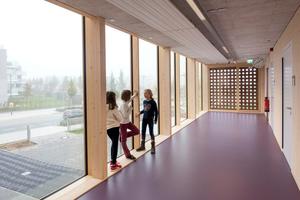 An den Enden der 3m breiten Flure lassen bodentiefe Fenster Licht ins Innere.Die Flure haben sich zu den beliebtesten Aufenthaltsorten im ganzen Gebäude entwickelt